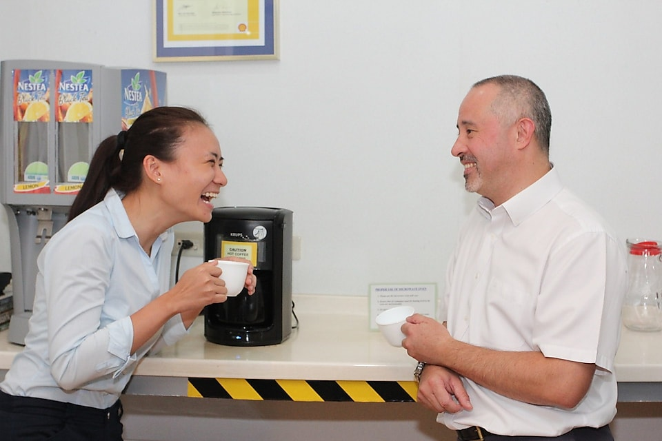 Shell mentor Scott Low having a casual conversation over coffee with graduate Inah Felisse Margaja