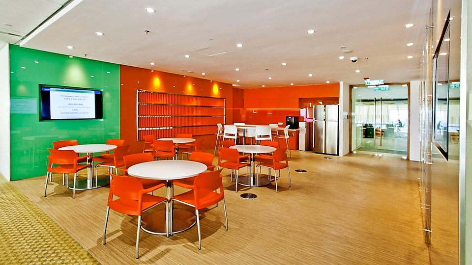 The Energy Hub on each floor is a breakout area for staff to meet and discuss over drinks or to have meals together.
