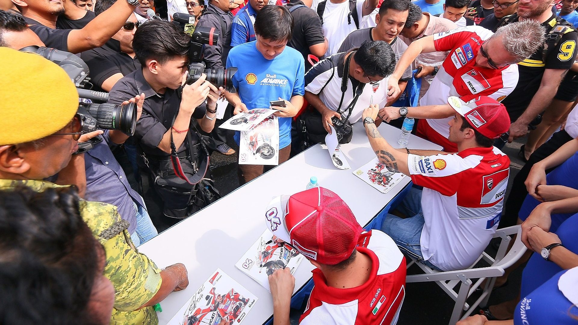 The autograph signing session was a hit with the Jalan Sentul crowd