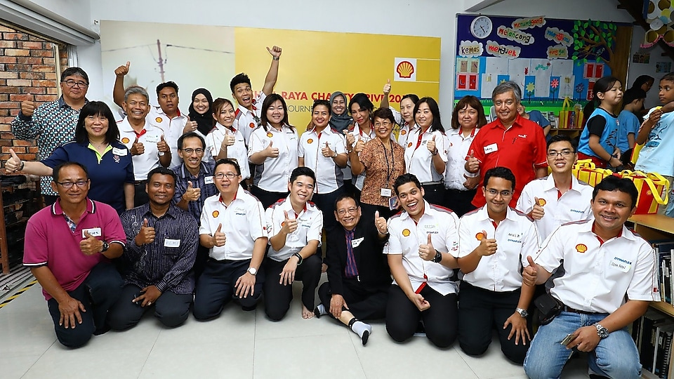 Shell Malaysia team with representatives from the five (5) selected charity organisations - MyKasih Foundation (Central and Sabah region), BOLD Association for Children with Special Needs (Penang), Pertubuhan Perkhidmatan Intervensi Awal Batu Pahat (Johor Bahru), Kelab Balkis (Kelantan) and, Yayasan Kemajuan Insan Sarawak (Sarawak)
