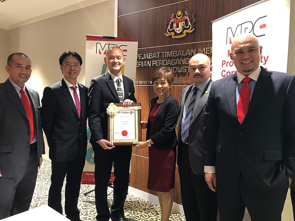 Y.B. Dr. Ong Kian Ming, third from left presenting the award to Jill Chieng, Sarawak Shell Berhad's General Manager, fourth from left.