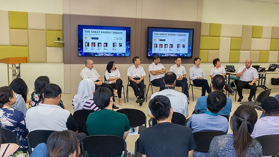 4th fr left_Omar Sheikh and the Shell Team interacting with Curtin Malaysia students and staff