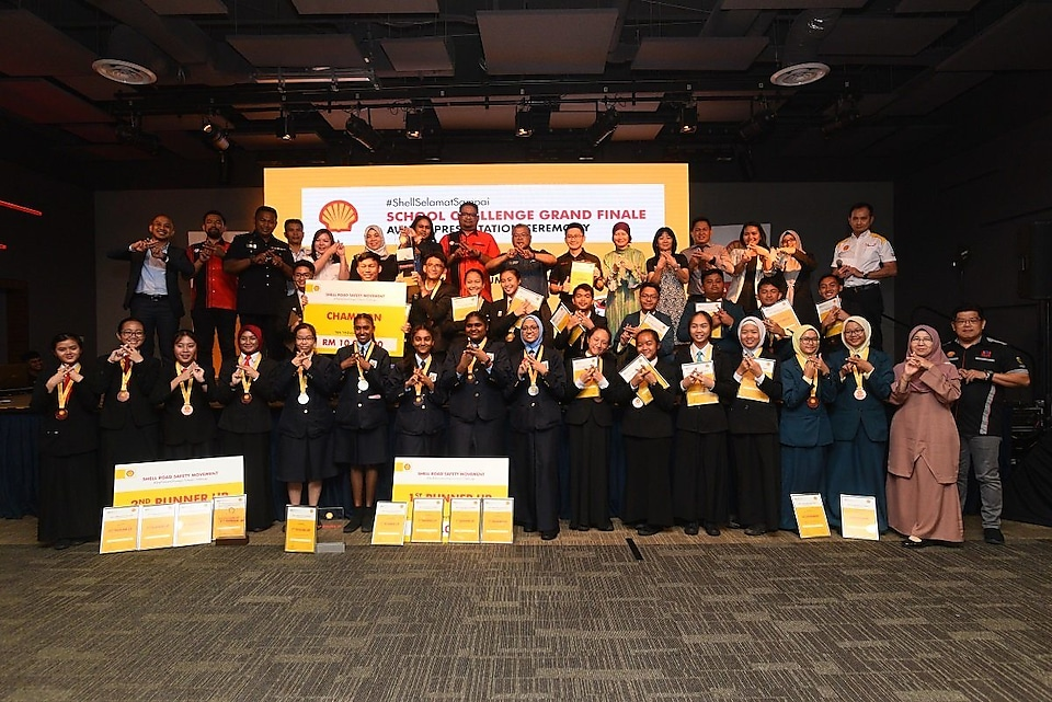 the five finalist teams with their teachers judges guests and team Shell
