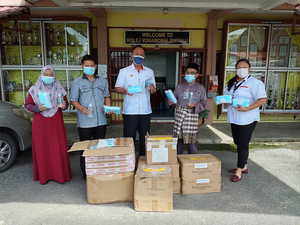 Amir Bakar, Managing Director, SMDS(3rd from left) handing over the face masks and hand sanitisers to representatives from Kolej Vokasional Bintulu